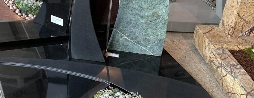 Urnengrab schwarzer Granit Regenwaldgrün