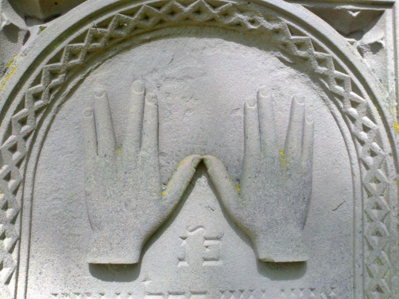 Hände-Symbolik auf einem Grabstein