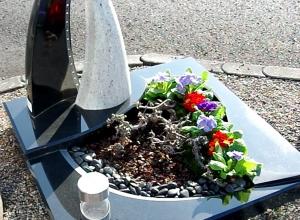 Frühlingshaft gestalteter Grabstein von Böse Grabmalzentrum