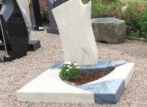 Urnengrabanlage ist aus einer Kombination von Azul Macaubas Quarzit und hellbeigem Kalkstein