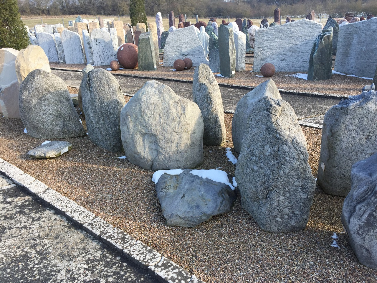 Flussfindlinge ähneln früheren Grabsteinen aus einer Zeit, in der die Steine noch naturbelassen ein Grabmal symbolisierten