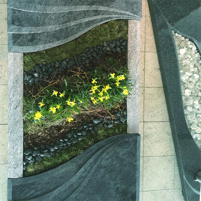 Gestaltung der Bepflanzung an der Linie des Grabsteins im Boden