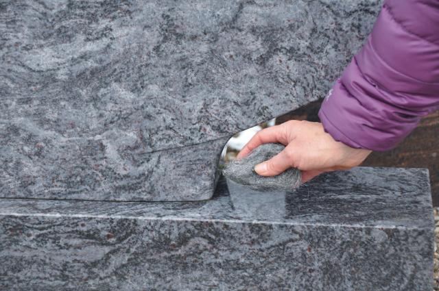 Die Stahlwolle beseitigt Schmutz und grüne Ablagerungen