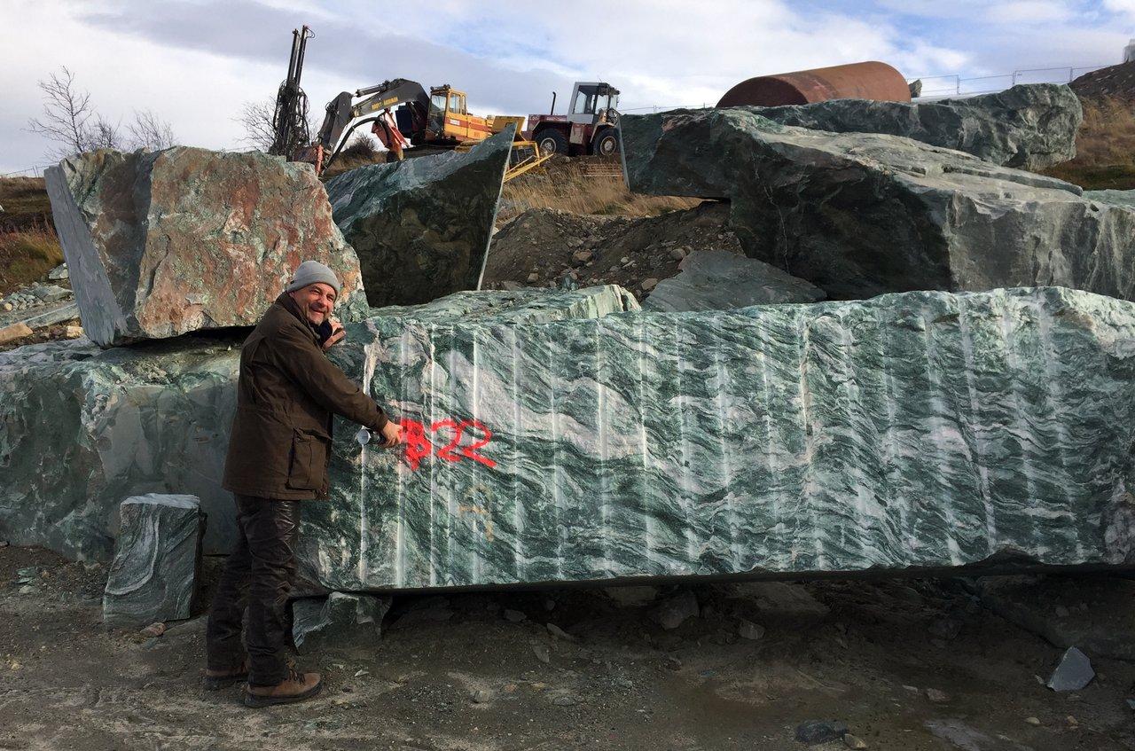 Heinz Böse markiert einen Rohblock im Steibruch in Norwegen